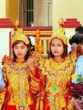 Junge Frauen in den traditionellen Kostümen teilnehmend an Hochzeit cerem Stockfotografie