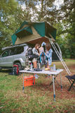 Junge Frauen in der Campingplatzverpackungsdecke innerhalb des Rucksacks Stockbilder