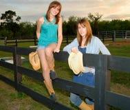 Junge Frauen an der Ranch stockfotografie