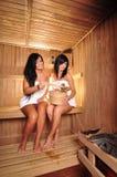 Junge Frauen in der Sauna Stockfoto