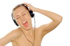 Junge Frauen des Glückes in den Kopfhörern Lizenzfreies Stockbild
