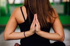 Junge Frauen des Porträts, die Antigravitationsyogaübungen machen Aero Fliegeneignungs-Trainervon der lufttraining weiße Hängemat Stockfoto