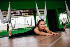 Junge Frauen des Porträts, die Antigravitationsyogaübungen machen Aero Fliegeneignungs-Trainervon der lufttraining weiße Hängemat Stockfotografie