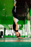 Junge Frauen des Porträts, die Antigravitationsyogaübungen machen Aero Fliegeneignungs-Trainervon der lufttraining weiße Hängemat Stockbilder