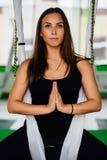 Junge Frauen des Porträts, die Antigravitationsyogaübungen machen Aero Fliegeneignungs-Trainervon der lufttraining weiße Hängemat Stockbild