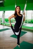 Junge Frauen des Porträts, die Antigravitationsyogaübungen machen Aero Fliegeneignungs-Trainervon der lufttraining weiße Hängemat Lizenzfreie Stockbilder