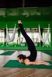 Junge Frauen des Porträts, die Antigravitationsyogaübungen machen Aero Fliegeneignungs-Trainervon der lufttraining weiße Hängemat Lizenzfreies Stockbild