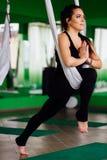 Junge Frauen des Porträts, die Antigravitationsyogaübungen machen Aero Fliegeneignungs-Trainervon der lufttraining weiße Hängemat Stockfotos