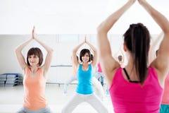Junge Frauen, die Übungen tun Lizenzfreies Stockbild