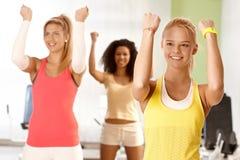 Junge Frauen, die Übungen tun Stockfoto