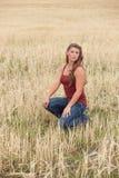 Junge Frauen, die auf dem Weizengebiet aufwerfen Stockfotos