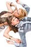 Junge Frauen, die auf Fußboden liegen Stockfotos