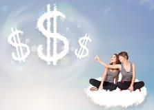 Junge Frauen, die auf Wolke nahe bei Wolkendollarzeichen sitzen Stockbild
