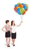 Junge Frauen, die bunte Ballone halten Lizenzfreie Stockfotografie