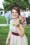 Junge Frauen, die den Blumenstrauß halten stockbild