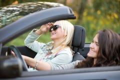 Junge Frauen, die in ein Auto reisen Stockfoto