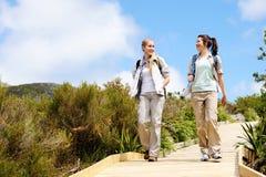 Junge Frauen, die eine Wanderung beginnen lizenzfreies stockfoto
