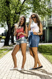 Junge Frauen, die Eiscreme essen Lizenzfreies Stockbild
