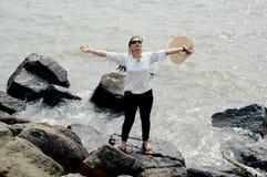 Junge Frauen, die Feiertag der Sommersaison im Meerwasser genießen stockfotografie