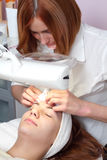 Frau, die Gesichtsschönheitsbehandlung hat Lizenzfreies Stockfoto
