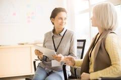 Junge Frauen, die Gespräch auf Seminar beibehalten Lizenzfreies Stockbild