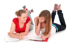 Junge Frauen, die Heimarbeit tun Stockbild