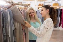 Junge Frauen, die Hosen kaufen Lizenzfreie Stockfotos