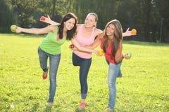 Junge Frauen, die im Park aufwerfen Stockfotos
