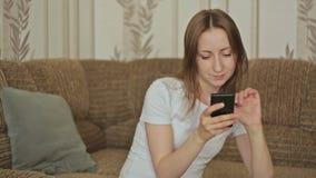 Junge Frauen, die intelligentes Telefon verwenden stock video footage
