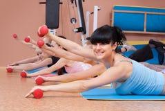 Junge Frauen, die mit Dumbbells trainieren Stockfotos