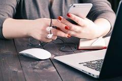 Junge Frauen, die mit Laptop arbeiten Lizenzfreie Stockfotos