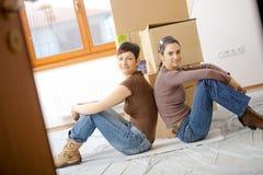 Junge Frauen, die nach Hause umziehen Stockfoto