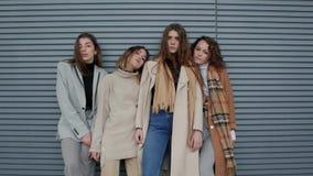 Junge Frauen, die nahe Wand aufwerfen stock video footage