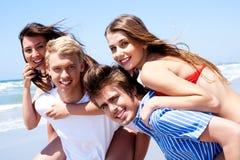 Junge Frauen, die piggyback Fahrt genießen Lizenzfreie Stockbilder
