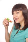 Junge Frauen, die Sandwich auf weißem Hintergrund essen Stockfotografie