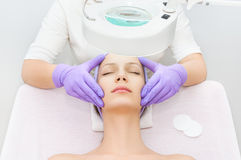 Junge Frau, die Schönheitstherapie empfängt Stockfoto