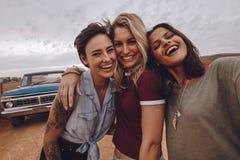 Junge Frauen, die Selbstporträt auf Autoreise nehmen stockbild