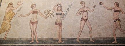 Junge Frauen, die Spiele im römischen Mosaik spielen Stockbild