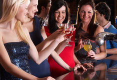 Junge Frauen, die am Stab trinken Stockbild