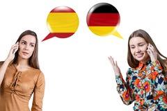 Junge Frauen, die am Telefon sprechen lizenzfreie stockfotos