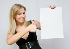 Junge Frauen, die unbelegtes Papier anhalten Stockfotos
