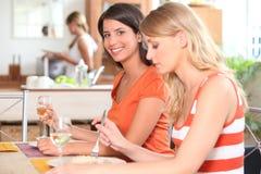 Junge Frauen, die zu Mittag essen Lizenzfreie Stockbilder