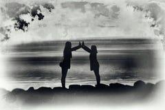 Junge Frauen durch das Meer im künstlerischen Schmutz Lizenzfreie Stockfotos