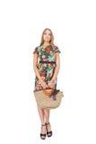 Junge Frauen in einem Sommer kleiden mit Tasche an Lizenzfreies Stockfoto