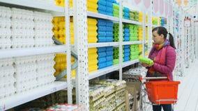 Junge Frauen-Einkaufen für Eier am Gemischtwarenladen stock footage