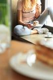 Junge Frauen essen cooki Lizenzfreie Stockfotos