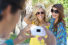 Junge Frauen-Freunde, die Fotos auf Ferien machen stockbilder