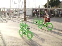 Junge Frauen froh auf einem Fahrrad an Tel Aviv-Strand stock video