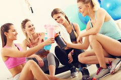 Junge Frauen gruppieren das Stillstehen an der Turnhalle nach Training stockfoto