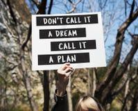 Junge Frauen-Hände, die leeres Papier mit Leben-Motivation Phras halten Lizenzfreie Stockbilder